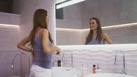 Schönheitsfrau, die Gesichtsyoga macht Hübsche weibliche Person, die für Gesicht sich interessiert stock video