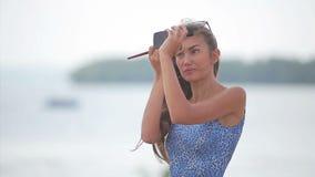 Schönheitsfrau, die Make-up anwendet Schönes Mädchen, das im Spiegel schaut und Kosmetik mit einer Bürste aufträgt Pulver, Rouge stock video footage