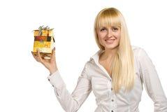 Schönheitsfrau, die mit Geschenk aufwirft Stockfoto