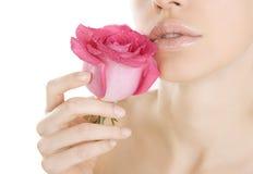 Schönheitsfrau, die Rosarose auf Weiß, Nahaufnahme lokalisiert hält Lizenzfreie Stockfotos