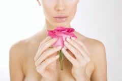 Schönheitsfrau, die Rosarose, Nahaufnahme hält Lizenzfreie Stockfotos