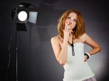 Schönheitsfrau in einem Studio Lizenzfreie Stockfotografie