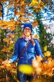 Schönheitsfrau am Herbstpark Stockbild