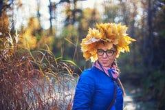 Schönheitsfrau am Herbstpark Stockbilder