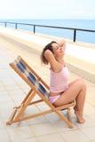 Schönheitsfrau im Aufenthaltsraum auf Veranda auf Meer stockbild