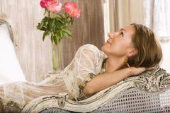 Schönheitsfrau im Bett im weißen Innenraum Lizenzfreies Stockfoto