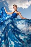 Schönheitsfrau im blauen Kleid auf der Wüste Lizenzfreie Stockfotografie