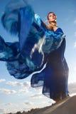 Schönheitsfrau im blauen Kleid auf der Wüste Lizenzfreies Stockfoto