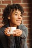 Schönheitsfrau im Café Stockfotos