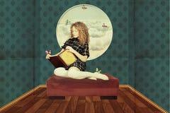 Schönheitsfrau im feenhaften Raum mit Buch Lizenzfreies Stockfoto