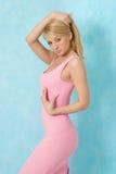 Schönheitsfrau im rosafarbenen Abendkleid. Lizenzfreie Stockfotos
