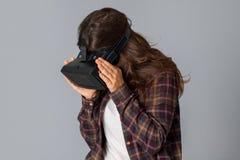 Schönheitsfrau im Sturzhelm der virtuellen Realität Lizenzfreies Stockfoto
