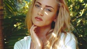 Schönheitsfrau im tropcial Garten stock footage