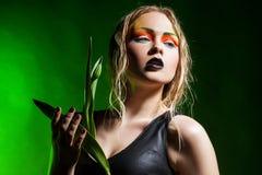 Schönheitsfrau mit Bündelblumen Mode-blondes vorbildliches Porträt Stockfoto