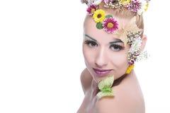 Schönheitsfrau mit Blumen bilden Stockfotos