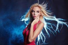 Schönheitsfrau mit dem Fliegen des gesunden Haares Stockfotografie