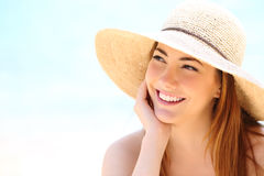 Schönheitsfrau mit dem weißen Zahnlächeln, das seitlich schaut stockfotografie