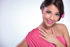 Schönheitsfrau mit der Hand auf ihrem Kasten Stockbilder