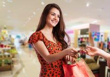 Schönheitsfrau mit Einkaufstaschen lizenzfreies stockbild