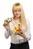 Schönheitsfrau mit Geschenk Lizenzfreie Stockfotos
