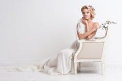 Schönheitsfrau mit Hochzeitsfrisur und -make-up Brautmode Schmucksachen und Schönheit Frau im weißen Kleid, perfekte Haut, blonde Lizenzfreies Stockbild