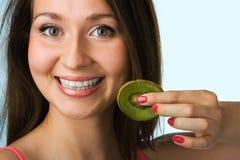 Schönheitsfrau mit Kiwi Lizenzfreies Stockfoto