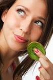 Schönheitsfrau mit Kiwi Lizenzfreie Stockfotos