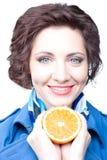 Schönheitsfrau mit orange Hälfte Stockfotos