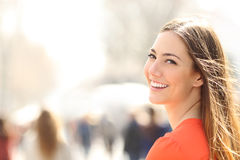 Schönheitsfrau mit perfektem Lächeln und den weißen Zähnen auf der Straße
