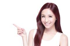 Schönheitsfrau mit reizend Lächeln Lizenzfreie Stockfotos