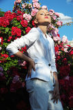 Schönheitsfrau mit rosafarbenen Blumen des Bündels Mode-blondes vorbildliches Porträt Stockfotos
