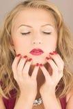 Schönheitsfrau mit rotem Nagel Lizenzfreies Stockbild