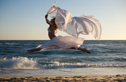 Schönheitsfrau mit weißem Kleid stockbild