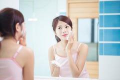 Schönheitsfrau sauber ihr Gesicht lizenzfreie stockfotografie