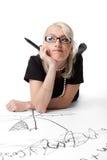 Schönheitsfrau thnk über Formel und Diagramm Stockfotos