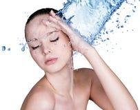 Schönheitsfrau und blaues Wasser lizenzfreies stockfoto