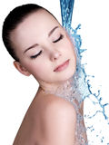 Schönheitsfrau und blaues Wasser Stockfotos