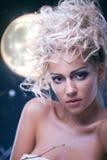 Schönheitsfrau unter Mond Stockfotos