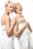 Schönheitsfrauen, die Tücher tragen stockfotos