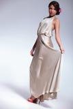 Schönheitsfrauen-Griffkleid mit unschuldigem Blick stockbild