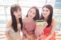 Schönheitsfrauen im Mall Stockfotografie
