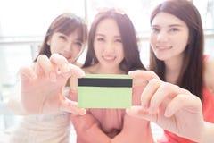 Schönheitsfrauen im Mall Lizenzfreie Stockbilder