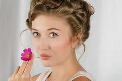 Schönheitsfrauen-Nahaufnahmeporträt Stockfoto