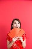 Schönheitsfrauenabnutzung cheongsam Lizenzfreies Stockbild
