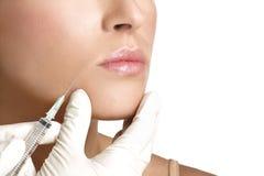 Schönheitsfrauenabschluß, der oben botox einspritzt Lizenzfreies Stockfoto