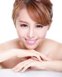 Schönheitsfrauengesicht mit Spiegelreflexion Lizenzfreie Stockfotografie