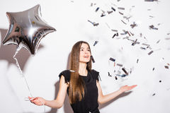 Schönheitsfrauenholding-Sternballon mit Fliegenkonfettis Stockbilder
