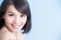 Schönheitsfrauenlächeln glücklich Lizenzfreie Stockbilder