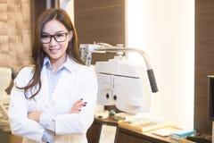 Schönheitsfrauenoptometriker Lizenzfreie Stockfotos
