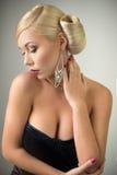 Schönheitsfrauenporträt mit Frisur und Make-up Lizenzfreies Stockfoto